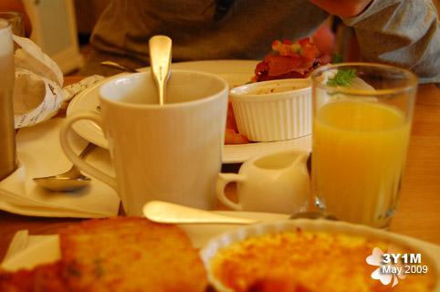 柳橙汁和好苦的咖啡