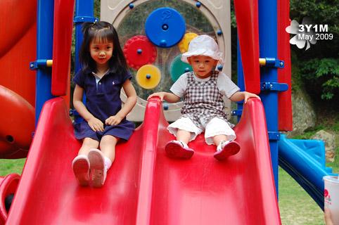 兩個小孩不管去哪都喜歡一起玩