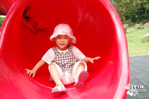 小米玩溜滑梯