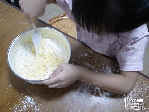 小小幫手攪麵團