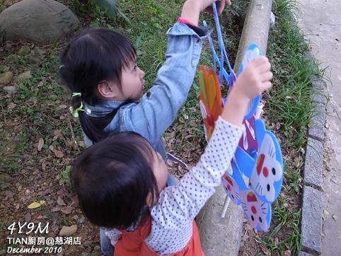 小孩玩風車
