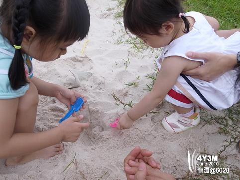 兩個小孩玩沙沙