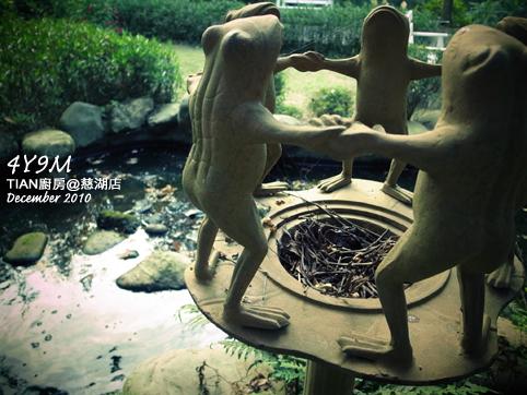 奇怪的青蛙手牽手
