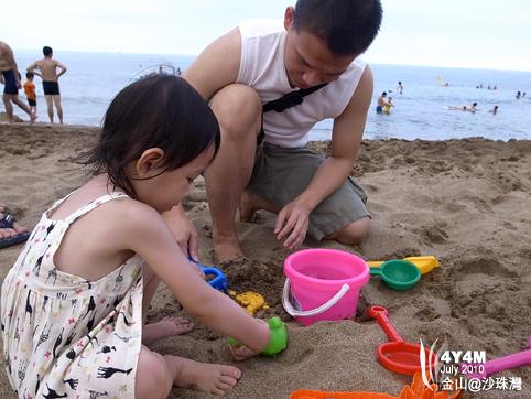 玩沙的父女
