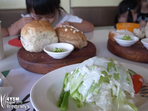 生菜沙拉與麵包