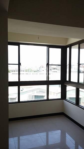 01.圖一:裝修前室內舖設的拋光石英磚讓玄關平淡無奇
