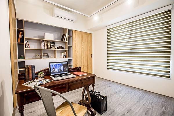 02.圖二:調光捲簾讓書房立即變身為沉靜心靈的LOFT空間