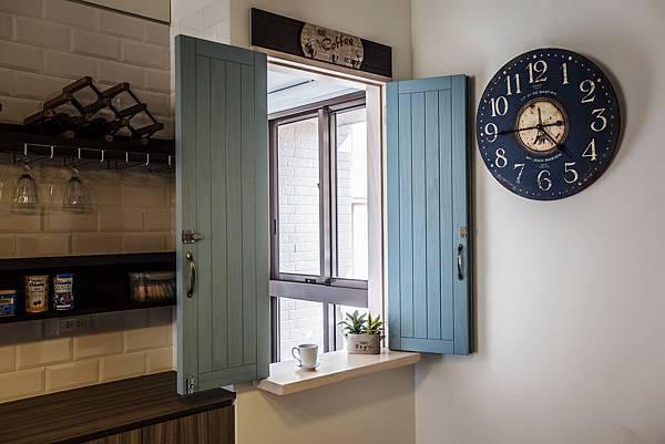 02.圖二:仿古深藍壁鐘與隨意擺放的手作陶盆