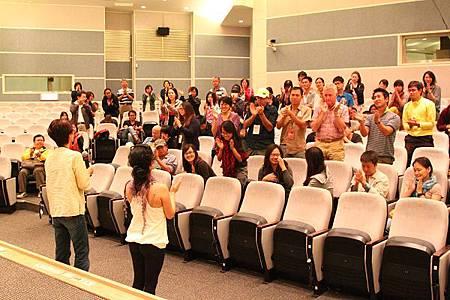 nEO_IMG_心繫洋波湖現場觀眾起身鼓掌