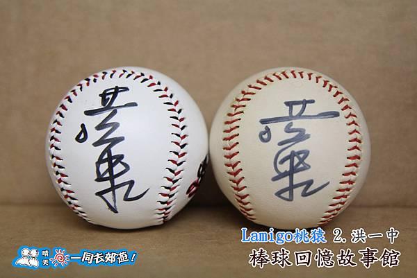 Lamigo桃猿隊-簽名球-02總教練洪一中-左IVY幫忙,右邊是釜山亞運前簽P20.jpg