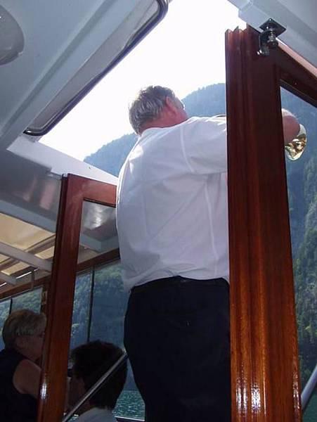 船上的解說員吹奏喇叭