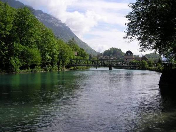 Interlaken位於兩個湖間,由此Aare河連接