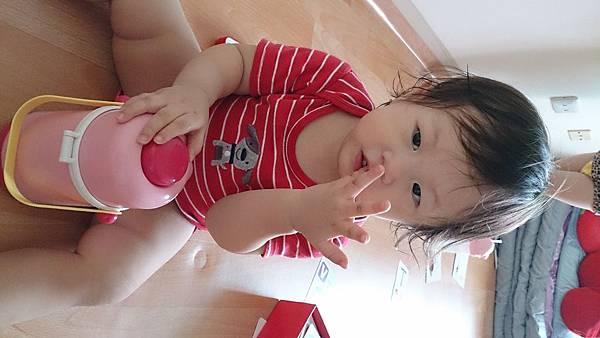 2014.09.23。1歲3個月又1天。整天一直偷吸手指頭的愛妮-1