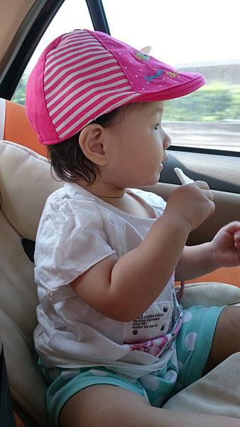 2014.09.27。1歲3個月又5天。坐車車看風景,邊吃米餅加邊挖鼻屎-2