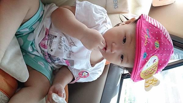 2014.09.27。1歲3個月又5天。坐車車看風景,邊吃米餅加邊挖鼻屎-4