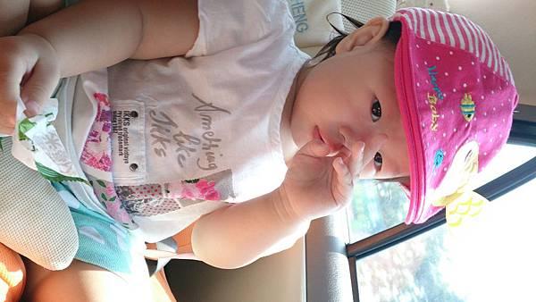 2014.09.27。1歲3個月又5天。坐車車看風景,邊吃米餅加邊挖鼻屎-3