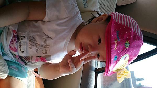 2014.09.27。1歲3個月又5天。坐車車看風景,邊吃米餅加邊挖鼻屎-6