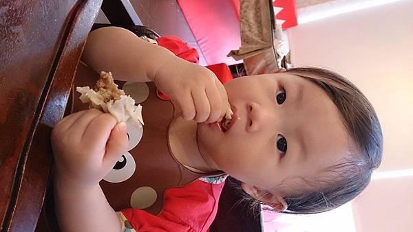 2014.09.28。(3歲又19天)(1歲3個月又16天)。竹北波士迪克牛排。這天孩子們正餐食物吃不多,倒是點心甜點吃的多-12