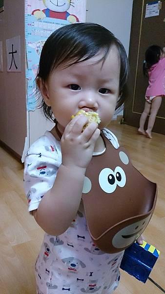 2014.10.01。1歲3個月又9天。不愛被餵食,凡事喜歡自己來,啃個玉米也很有架式-2