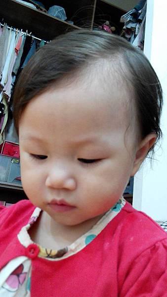 2014.09.28。1歲3個月又6天。髮量好少的愛妮,頭髮一旁分看來像禿頭-2