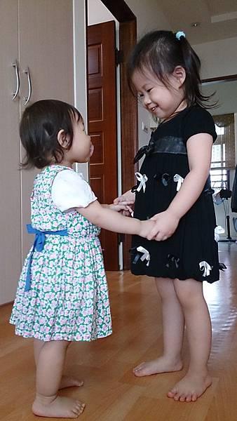 2014.10.10。(3歲1個月又1天)(1歲3個月又18天)。我的2個寶貝一早就在上演相親愛的戲碼-1