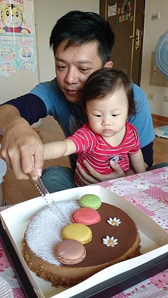 2014.10.15。(3歲1個月又6天)(1歲3個月又23天)。幫哈妮愛妮的姨丈過生日-6