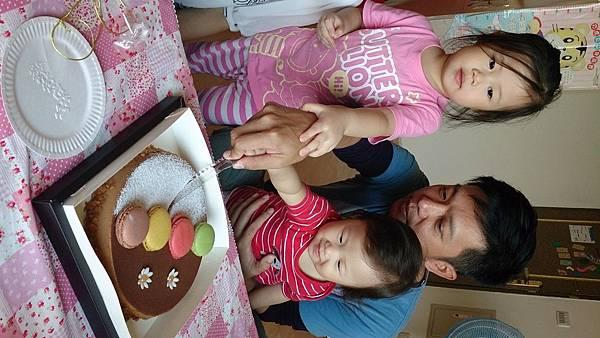 2014.10.15。(3歲1個月又6天)(1歲3個月又23天)。幫哈妮愛妮的姨丈過生日-7