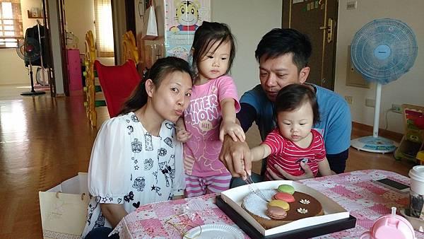 2014.10.15。(3歲1個月又6天)(1歲3個月又23天)。幫哈妮愛妮的姨丈過生日-10