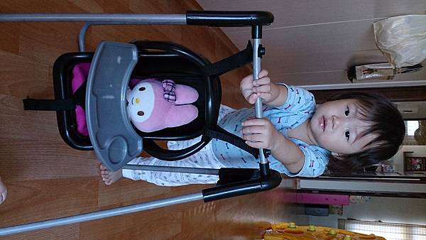 2014.10.16。1歲3個月又24天。推著美樂蒂到處盪鞦韆的愛妮-5