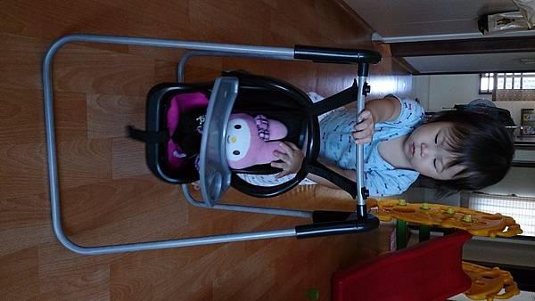 2014.10.16。1歲3個月又24天。推著美樂蒂到處盪鞦韆的愛妮-2