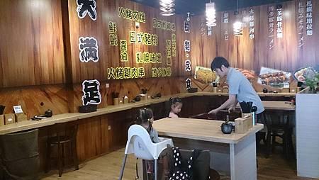 2015.10.25。(4歲1個月又16天)(2歲4個月又3天)。竹北大滿足拉麵之提早幫老公慶生(然後座位上也放置了餐具和一些醬料以供客人方便取用)-5