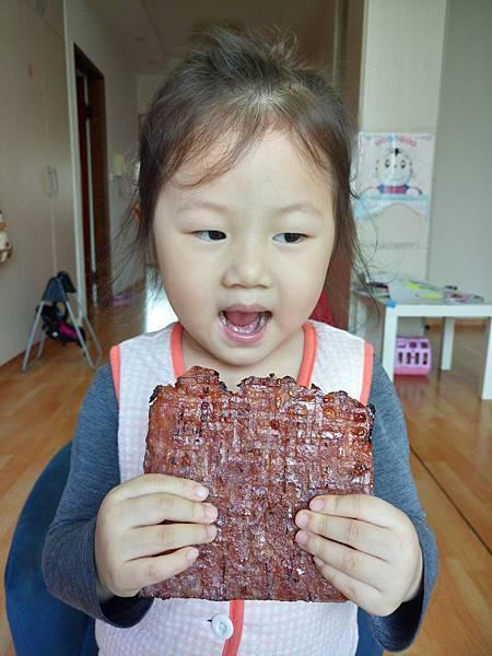 2016.12.05。3歲5個月又13天。新加坡肉乾好好吃.