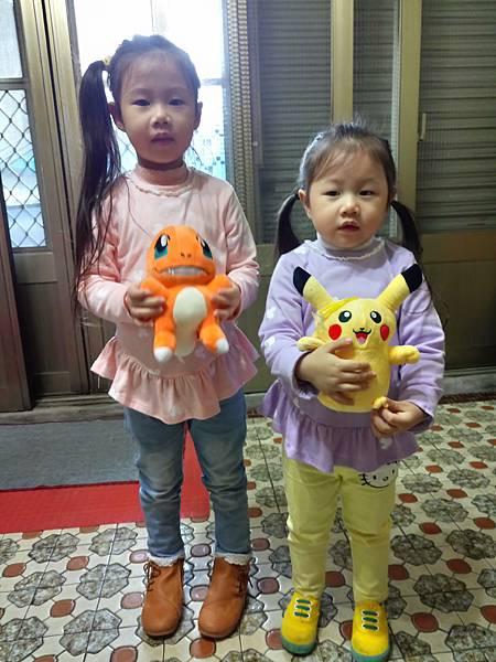2016.12.18。(5歲3個月又9天)(3歲5個月又24天)。爸比買了近期她們姊妹倆很愛的皮卡丘和小火龍給他們,他們可開心的-2