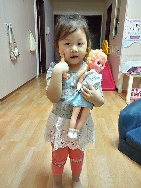 2016.11.22。3歲5個月。這個娃娃陪愛妮好久了,她每天都要和娃娃玩,還要直抱著她,她幫娃娃取名叫艾美-1