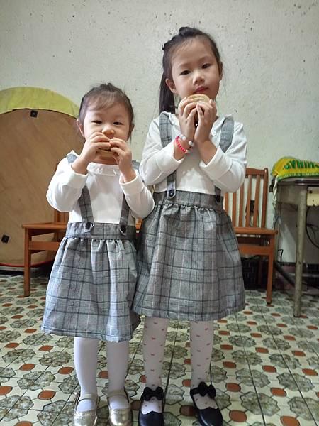 2016.12.03。(5歲2個月又24天)(3歲5個月又11天)。買個車輪餅帶著孩子們回去看曾祖父母~