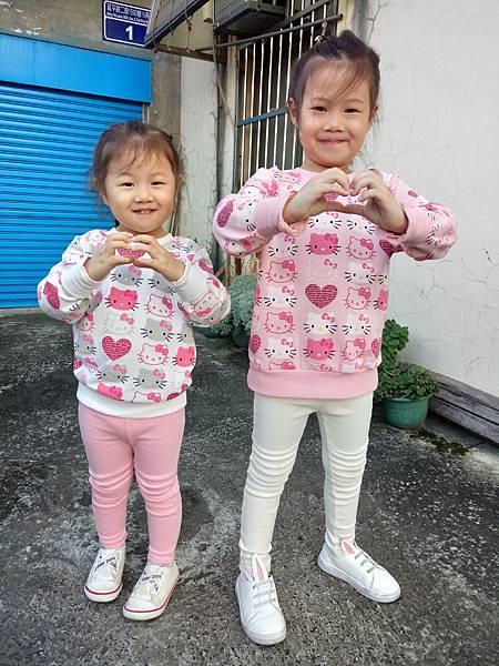 2016.12.10。(5歲3個月又1天)(3歲5個月又18天)。姊妹倆比個愛心說要送給曾祖父母-1