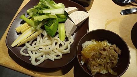2016.11.03。(5歲1個月又25天)(3歲4個月又12天)。新竹晶品城購物廣場。SHABUSATO涮鍋里。(右邊那個牛肉丼飯帶點甜味蠻好吃的,小朋友尤其喜歡)-13