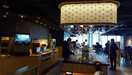 2016.11.03。(5歲1個月又25天)(3歲4個月又12天)。新竹晶品城購物廣場。SHABUSATO涮鍋里。(除了肉類,其他的食材都在自助吧自取)-5