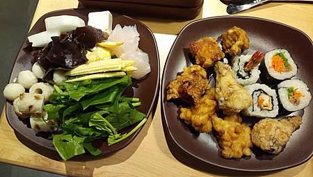 2016.11.03。(5歲1個月又25天)(3歲4個月又12天)。新竹晶品城購物廣場。SHABUSATO涮鍋里。(自助吧的食材雖不是非常的多,但至少每一樣食物都看起來很新鮮)-12