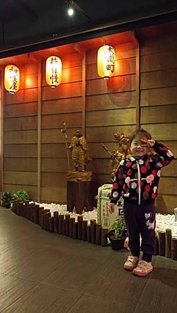 2017.04.01。(5歲6個月又23天)(3歲9個月又10天)。南投草屯大間町丼和食(不愛拍照的愛妮看到了這日式風格的餐廳竟然主動地要媽咪幫她拍照)-1