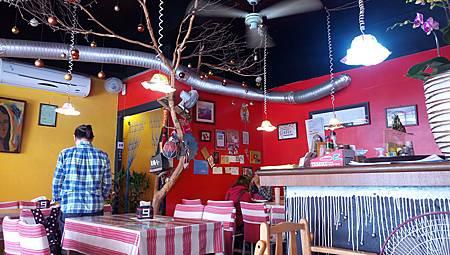 2017.04.02。(5歲6個月又24天)(3歲9個月又11天)。南投埔里九張桌子(餐廳真的很小一間,不過卻帶著小小的異國風味,加上店內蠻多店家自製的擺飾品,所以有著獨一無二的fu)-2