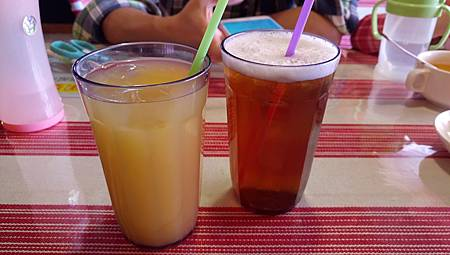 2017.04.02。(5歲6個月又24天)(3歲9個月又11天)。南投埔里九張桌子(餐點有附濃湯和飲料,天氣好熱我們選了2杯冰涼的飲料喝,柳橙汁和冰綠茶,綠茶很香濃很好喝)-8
