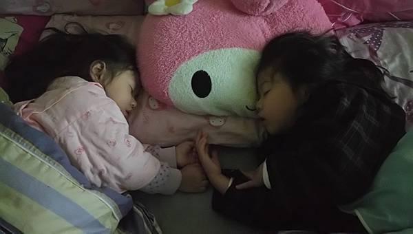 2017.03.01。(5歲5個月又20天)(3歲8個月又7天)。兩姊妹有愛的睡相。