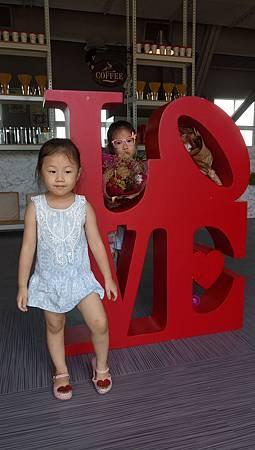 2017.08.12。(5歲11個月又3天)(4歲1個月又21天)。台中麗寶Outlet毛小孩Cafe蜜糖吐司-6