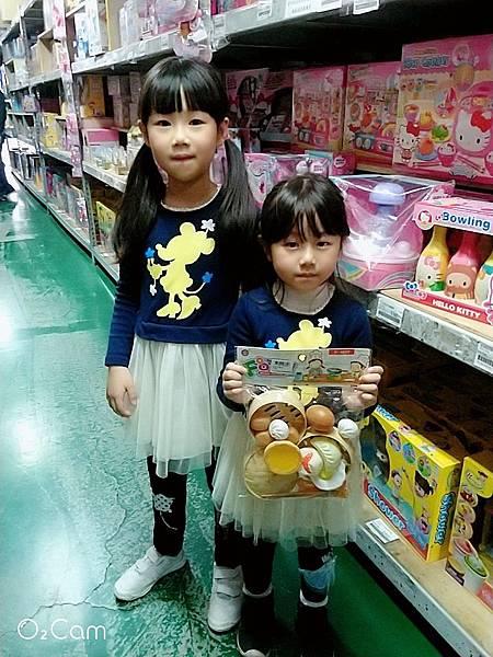 2019.02.28。(7歲5個月又19天)。(5歲8個月又6天)。228連假回到婆家放下行李後就帶女兒買玩具去-2.jpg