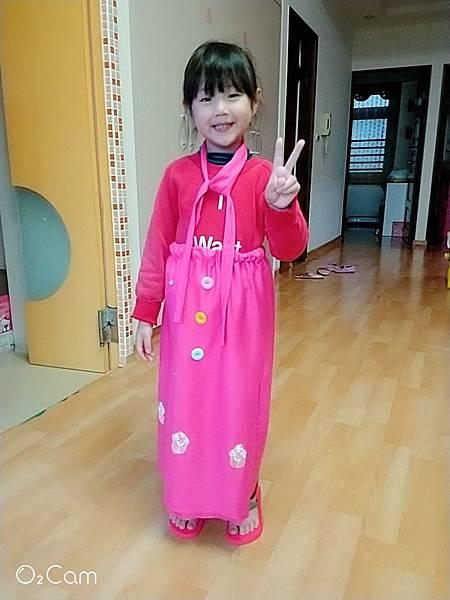 2019.02.28。(7歲5個月又19天)。(5歲8個月又6天)。哈妮請阿嬤幫她買布料,自己畫圖設計衣服,無師自通自己縫製了一件洋裝,這可以說是一衣兩穿,可當洋裝亦可當長裙穿,從沒使用過針線的哈妮第一次體驗縫紉初體驗,完成後的作品也挺有模有樣的,真的是很厲害也很有天份啊! 裙子完成後愛妮也好喜歡,跟姊姊借來穿在身上開心得很.jpg