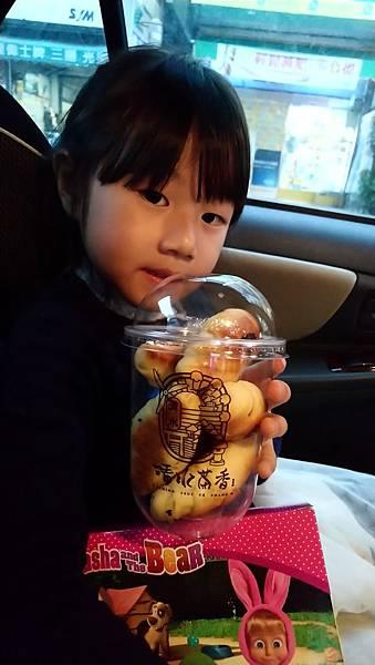 2019.02.28。(5歲8個月又6天)。南投草屯的清山茶香的飲品和麵包好喝好吃.JPG
