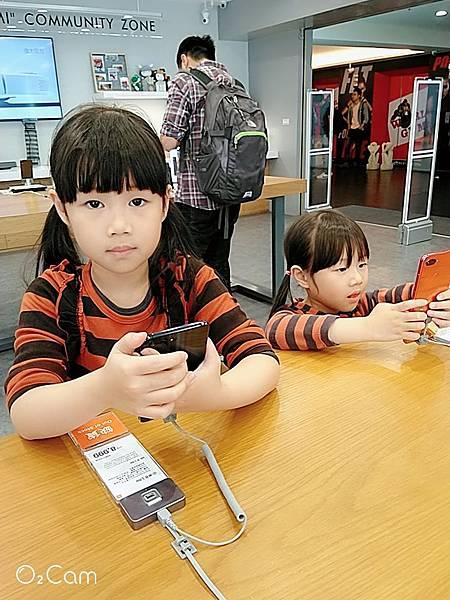 2019.03.02。(7歲5個月又21天)。(5歲8個月又8天)。2287連假第3天,到台中的小米專賣店買了刮鬍刀和耳機,小孩又趁機玩手機玩的不亦樂乎.jpg