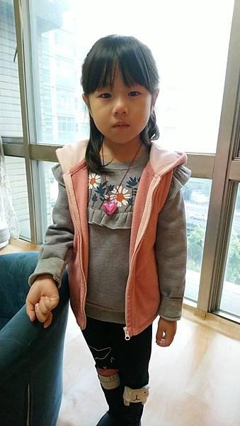 2019.02.22。(5歲8個月)。愛妮新學校上課第5天,一起床就哭,一路哭到學校去,她說她只想和媽咪在一起.JPG