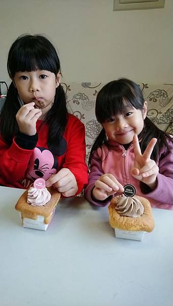 2019.02.23。(7歲5個月又14天)。(5歲8個月又1天)。今天讓愛妮只上半天課,下午我們一起吃點心,這樣小女孩就開心了.JPG